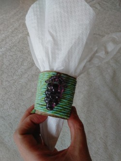 Pessach napkin rings with twine and towel paper rolls